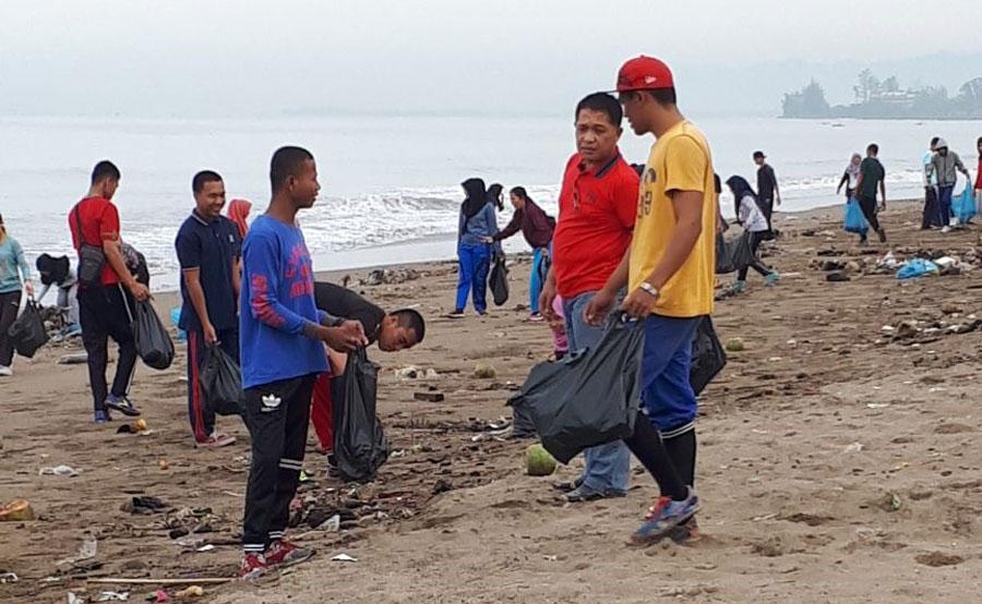 Bersihkan Pantai Dari Sampah